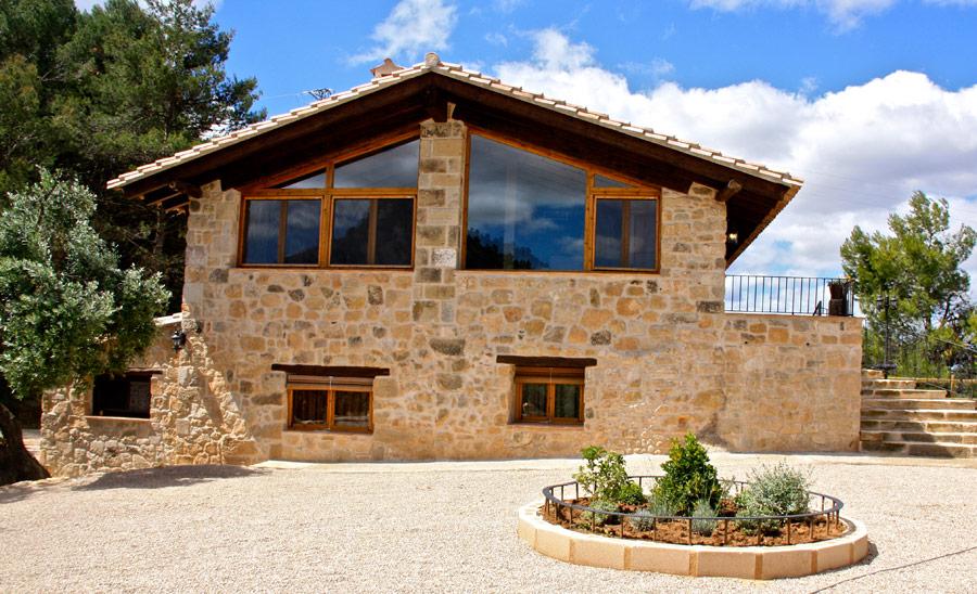 Los exteriores del caser o y las vistas casa rural la serra horta de san juan catalu a espa a - Piedras para fachadas de casas rusticas ...