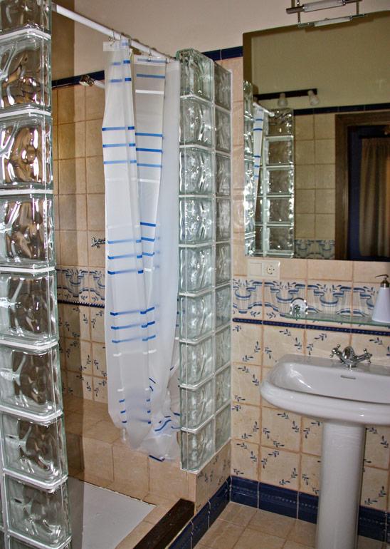 Baños Con Ducha Rusticos:Las habitaciones (suites) y los baños del caserío