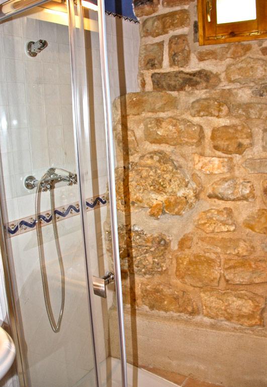 Las habitaciones suites y los ba os del caser o casa - Duchas de piedra ...